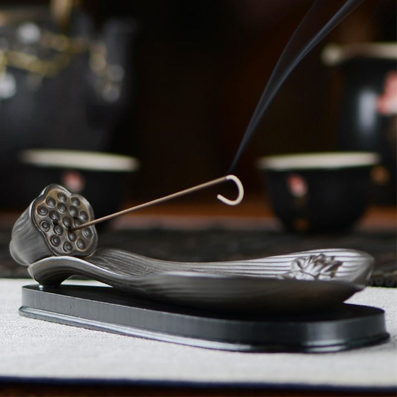 De kamer met de wierook aquilaria Lotus keramische liggen voor boeddha 's doos wierookbrander huishoudelijke antieke aroma. De wierook.