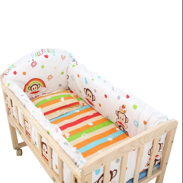 Τα παιδιά το ξύλινο φράχτη δίπλα στο σπίτι την κουνουπιέρα κρεβάτι μωρό κοιμάται καροτσάκι για ύπνο τα παιδιά στο σπίτι των νεογνών