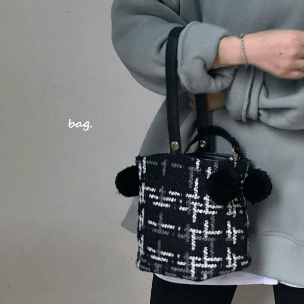 韩国复古毛呢格纹水桶包女士包包百搭休闲斜挎包个性时尚手提包
