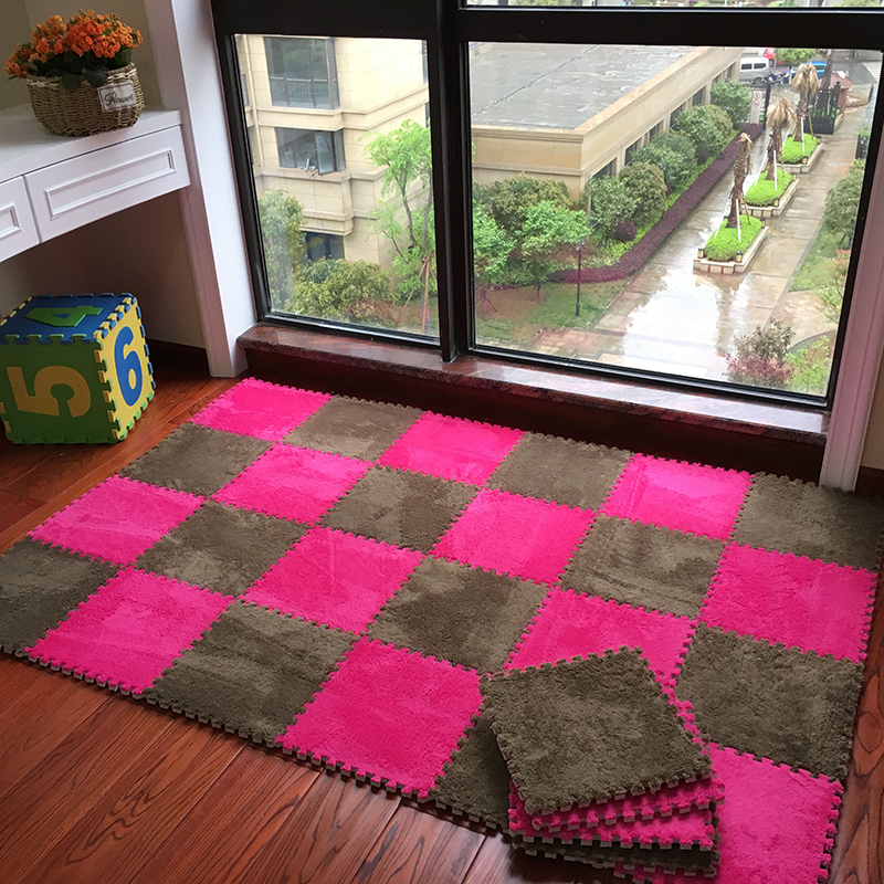 The bedroom is full of blanket puzzle mats stitching suede mats on tatami mats blankets children room floor