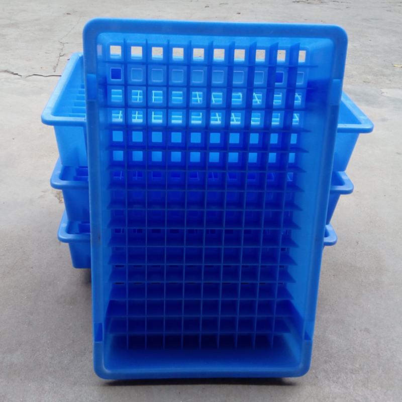 batteriet är en del av fält 18650 plast behållare för lagring av material i fält med rektangulära fält element av plast