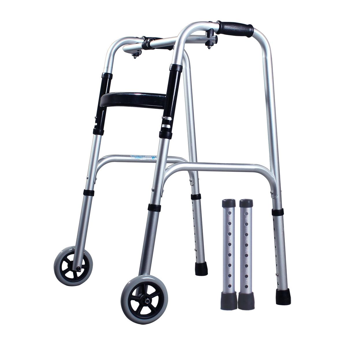 den gamle mannen walker eskorterad går går till ständiga stöd för rehabilitering av funktionshindrade personer för att bistå kryckor gånghjälpmedel