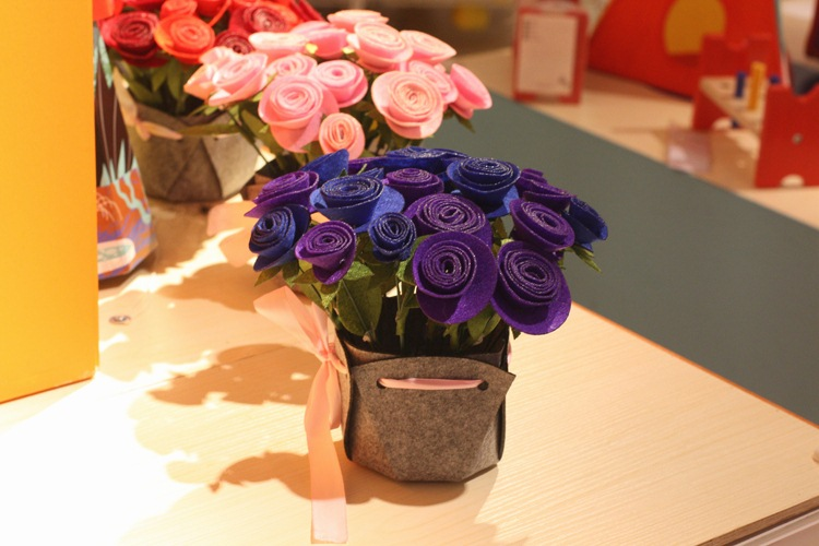 Finished 2017 non-woven material package handmade cloth weaving rose handmade cloth material package pot simulation