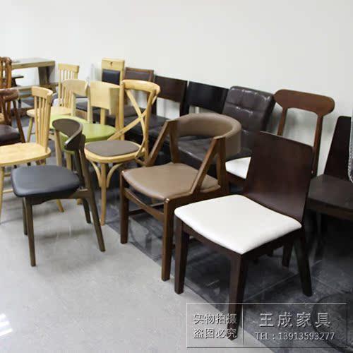 süsi ja vana puidust mööbli ringi koos kuuma puidust laua - üks karboniseeritud kuuma ahjus.