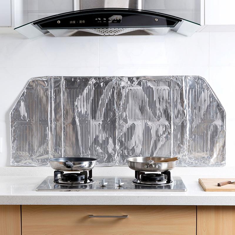laga hus olja olja. aluminiumfolie isolering och kreativa kök gasbrännare plask rök.