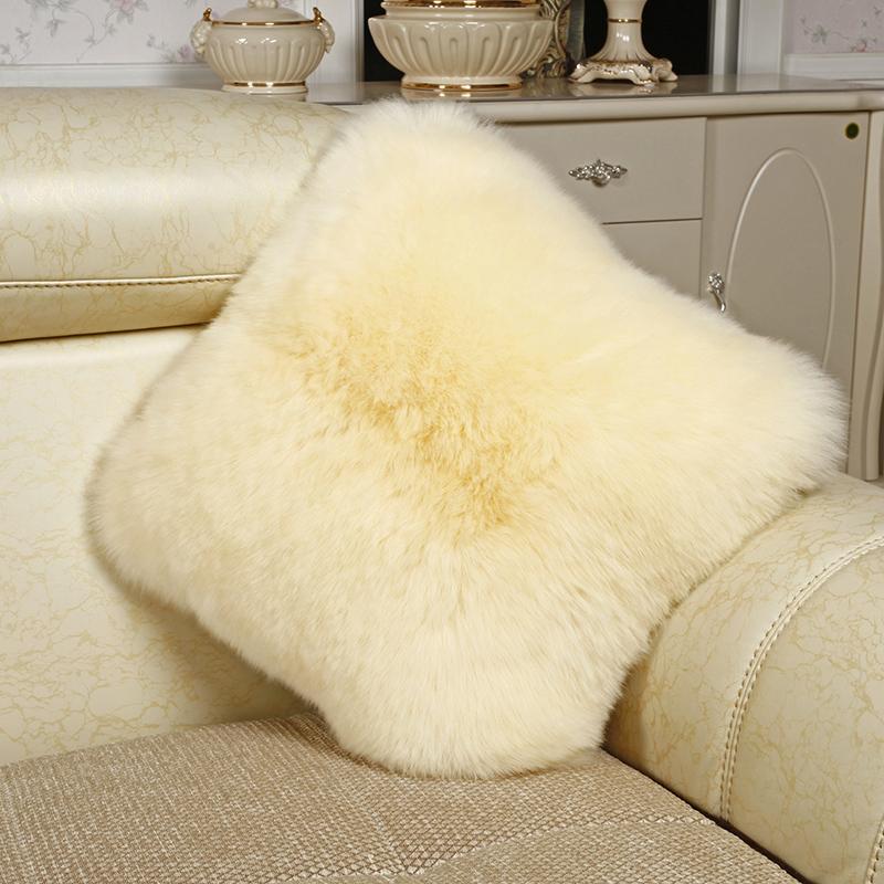 o oaie pe canapea. lână european cu perne de la ikea nordic cu miez.