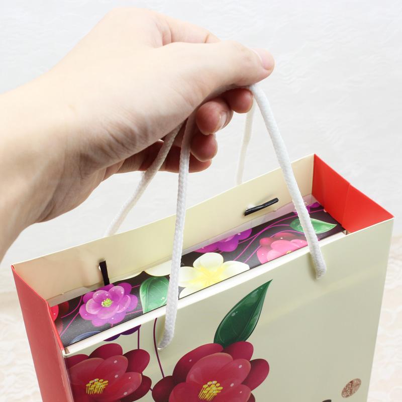 en låda med kakor... förpackningen kartong låda. handväskor långa festivalen godis - klass