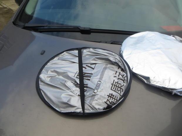reklaami - ja anne auto peatada teha, mis eraldab trükitud logo päikesekreemi päikese eest varju alumiiniumfooliumi.