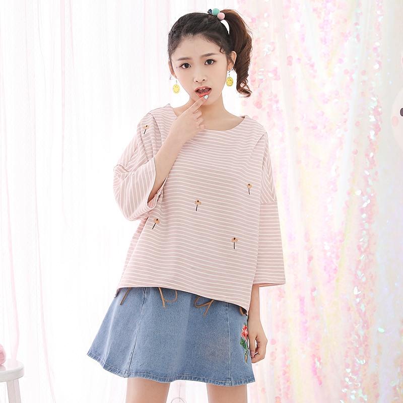 Áo T-shirt/Áo phông nữ cộc tay họa tiết kẻ sọc thêu hoa tay lỡ phong cách Hàn Quốc kiểu dáng rộng rãi phong cách ngọt ngào phong cách học sinh mẫu mới nhất