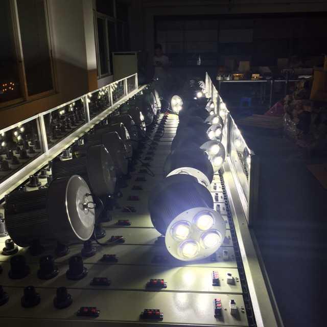 Lampe à del lustre anti - explosion de la lampe 150W200w lampe de plafond d'installations d'éclairage de la lampe de projecteur pour projeter de la lumière de colis
