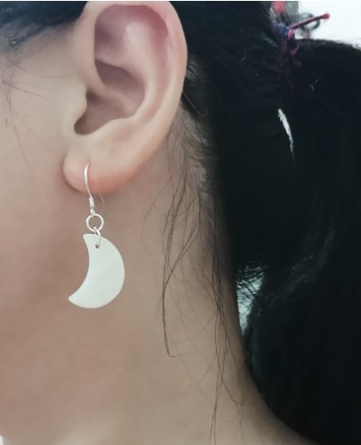 Authentic natural shell earrings earrings crescent of white or black color, cool fashion personality to send to friends