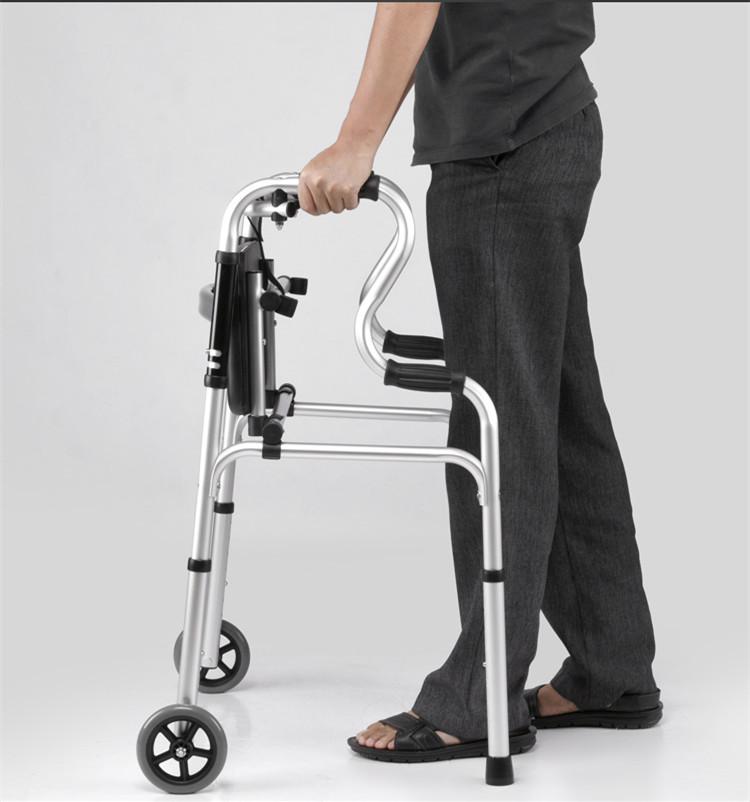 äldre äldre gånghjälpmedel gånghjälpmedel fyra vagnar. en booster - paketet - pinne