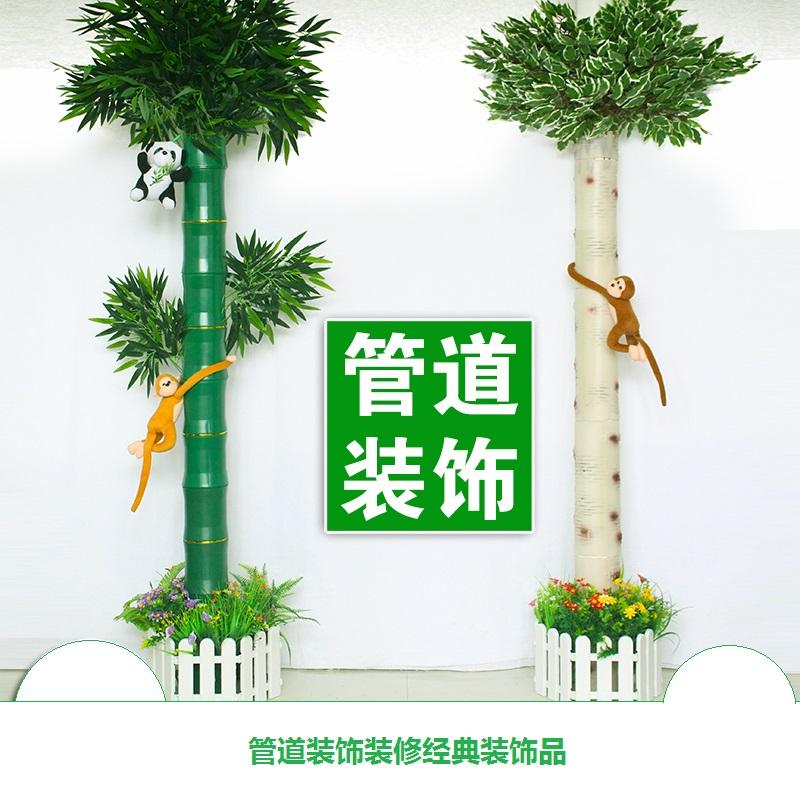 La oclusión de la casa verde de bambú de corteza de abedul, tuberías de alcantarillado de agua alrededor de la decoración interior.
