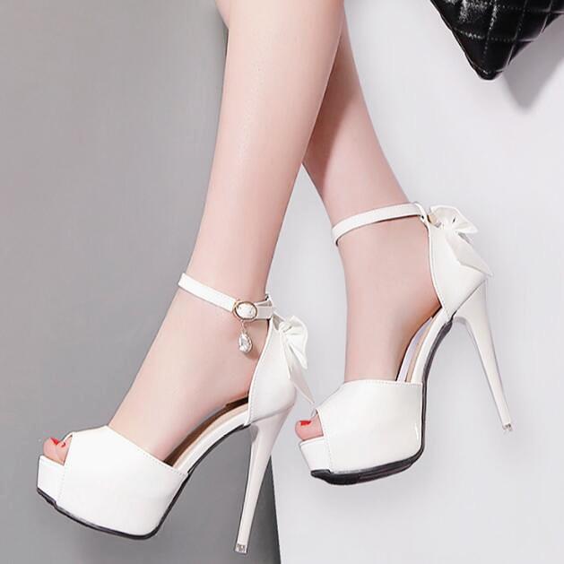 夏季新款性感蝴蝶結水鑽扣帶細跟高跟魚嘴鞋女防水臺漆皮夜店涼鞋