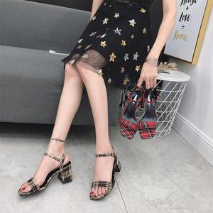 2018春夏新款女鞋方头粗跟一字时尚复古格子百搭韩版高跟凉鞋