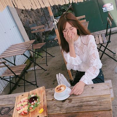 张子萱cheeseandkisses2018白色蕾丝衫女灯笼袖钩花镂空打底衫