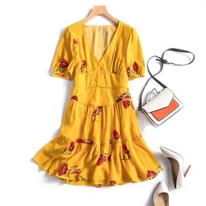 Chất béo Ding Sâu V-Cổ In Cổ Điển Váy Stereo Cao Eo Puff Tay Áo Ruffle Dress Silk Dress 2 Màu