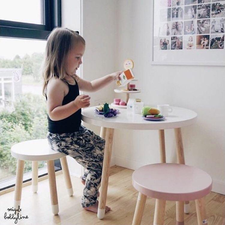 INS nổ trẻ em phòng rắn bàn gỗ và ghế vòng phân bàn tròn đạo cụ chụp ảnh phong cách Bắc Âu đồ nội thất bé bảng trò chơi