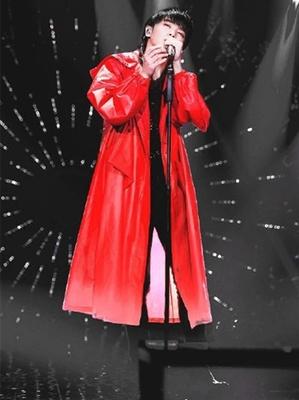 Huachen Yuhuahua ca sĩ với cùng một đoạn trùm đầu dài trench coat mùa hè mới lỏng hoang dã nam giới và phụ nữ áo khoác mỏng Áo gió