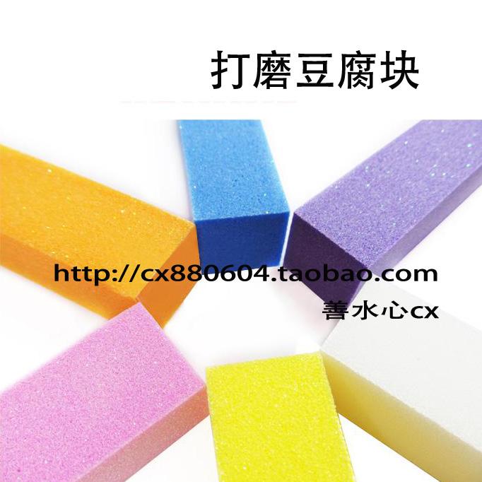 Công cụ làm móng tay làm móng được đánh bóng bề mặt móng thô và tinh thể một khối đậu phụ màu hồng với long lanh